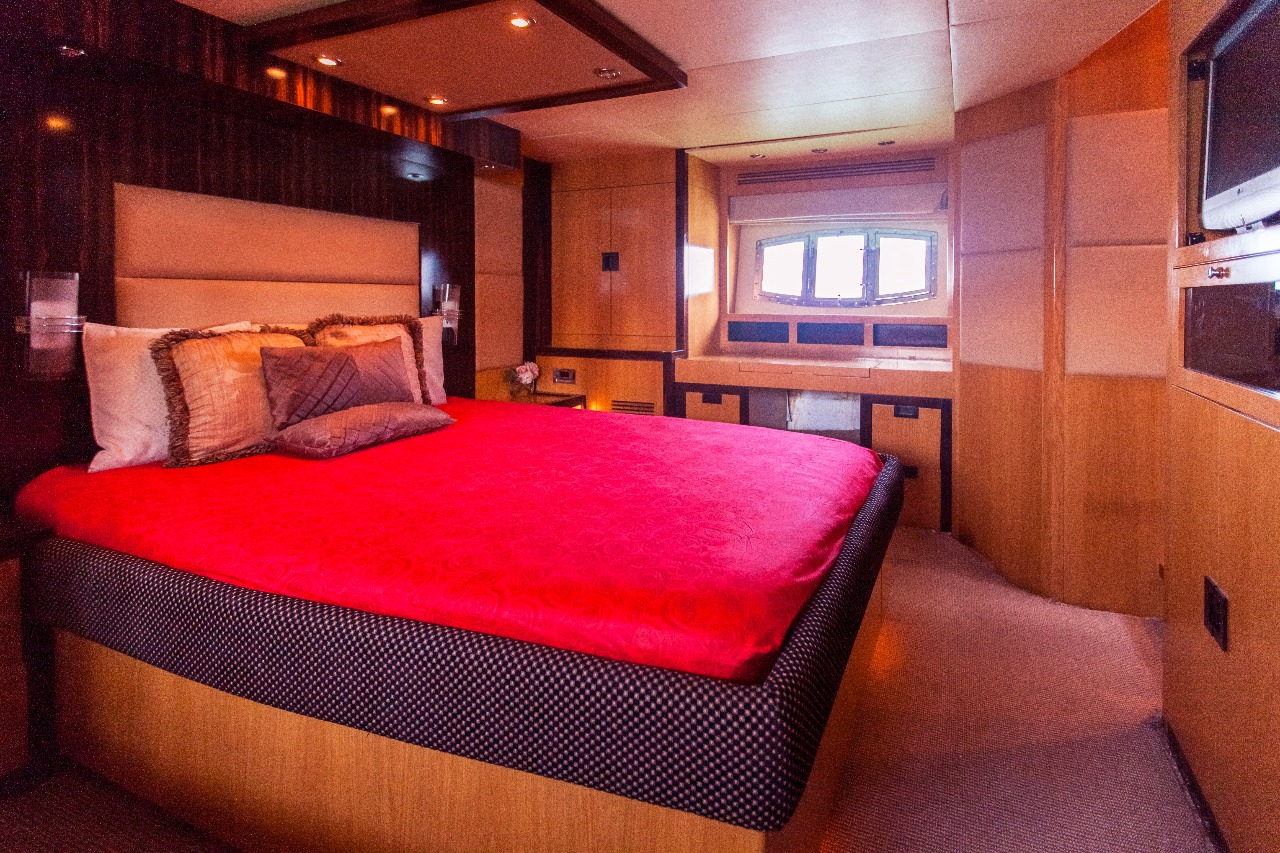 56ft yacht room